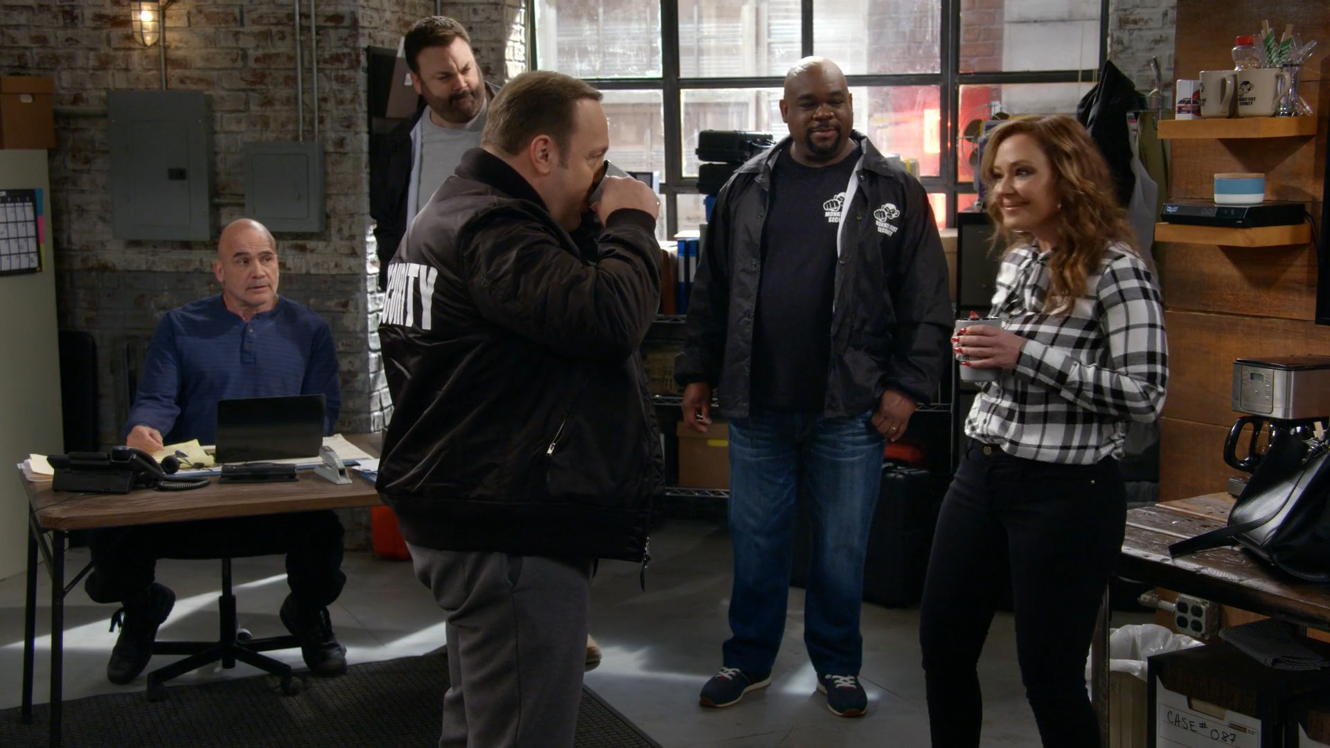Leah Remini, Taylor Spreitler Black Jeasn- Kevin Can Wait- S02E20