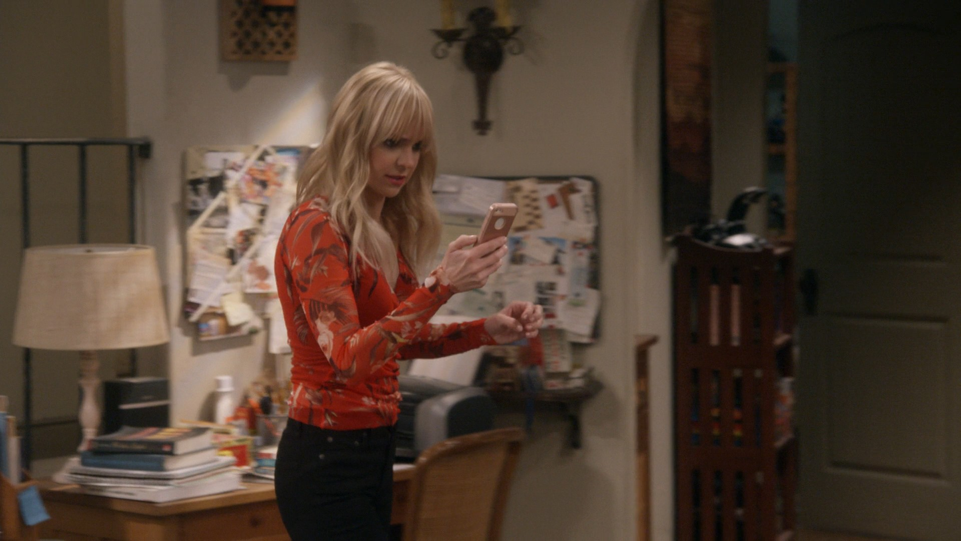 Anna Faris, Black Jeans -Mom S05E19