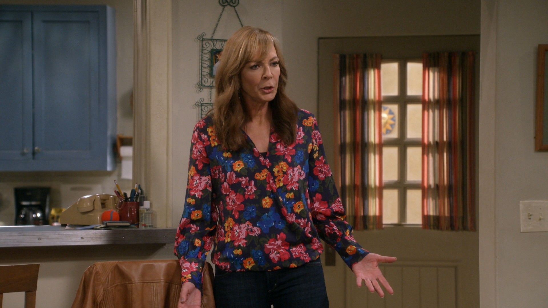 Anna Faris, Allison Janney  MOM - S06E01 (Pre-Washed Lettuce and a Mime) (Season Premiere)