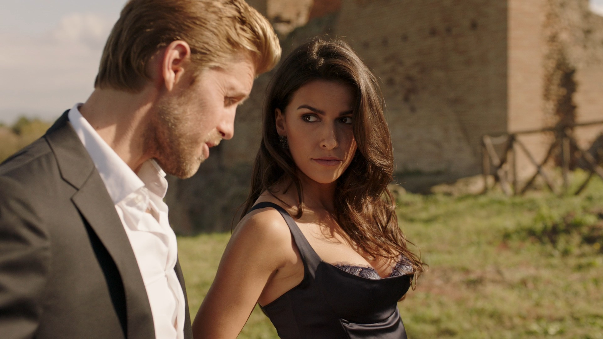 Sofia Pernas- Blood & Treasure S01E01-E02 (Series Premiere)